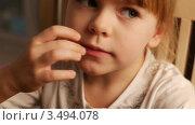 Девочка ест мандарин. Стоковое видео, видеограф Павел Меняйло / Фотобанк Лори