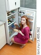 Купить «Беременная женщина на кухне около холодильника», фото № 3495962, снято 10 марта 2012 г. (c) Михаил Иванов / Фотобанк Лори