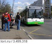 Купить «Городской автобус едет по Первомайской улице. Москва», эксклюзивное фото № 3499318, снято 29 апреля 2012 г. (c) lana1501 / Фотобанк Лори