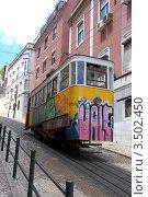 Трамвай (лифт Глория)  на узкой улочке в Лиссабоне, Португалия (2011 год). Редакционное фото, фотограф Светлана Колобова / Фотобанк Лори