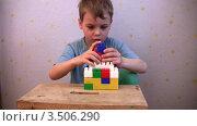 Купить «Мальчик играет в кубики», видеоролик № 3506290, снято 12 мая 2008 г. (c) Losevsky Pavel / Фотобанк Лори