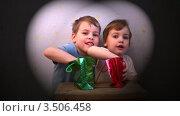 Купить «Дети с подарками», видеоролик № 3506458, снято 19 мая 2008 г. (c) Losevsky Pavel / Фотобанк Лори