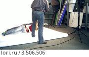 Купить «Фотограф и модели в студии», видеоролик № 3506506, снято 15 сентября 2008 г. (c) Losevsky Pavel / Фотобанк Лори