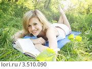 Купить «Молодая женщина читает книгу лежа в парке на траве», фото № 3510090, снято 2 мая 2012 г. (c) Юлия Маливанчук / Фотобанк Лори