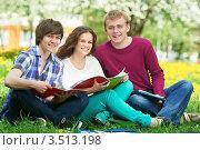 Студенты занимаются сидя на траве в парке, фото № 3513198, снято 11 мая 2012 г. (c) Дмитрий Калиновский / Фотобанк Лори