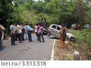 Купить «Люди и техника вытаскивают машину из кювета. Индия. Гоа», эксклюзивное фото № 3513518, снято 21 апреля 2012 г. (c) Яна Королёва / Фотобанк Лори