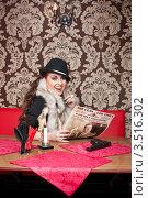 Девушка-гангстер сидит за столом (2012 год). Редакционное фото, фотограф Евгений Кузьмин / Фотобанк Лори
