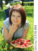 Купить «Красивая девушка с клубникой лежит на поляне», фото № 3518494, снято 16 мая 2012 г. (c) Надежда Глазова / Фотобанк Лори