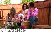 Купить «Семья отдыхает на свежем воздухе», видеоролик № 3524786, снято 19 июня 2008 г. (c) Losevsky Pavel / Фотобанк Лори