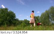 Купить «Мама кружит маленькую девочку в летнем парке», видеоролик № 3524954, снято 9 июля 2008 г. (c) Losevsky Pavel / Фотобанк Лори