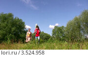 Купить «Семья в летнем парке. Дочка на плечах у папы», видеоролик № 3524958, снято 9 июля 2008 г. (c) Losevsky Pavel / Фотобанк Лори