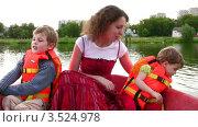 Купить «Мать с детьми на прогулке в лодке», видеоролик № 3524978, снято 11 июля 2008 г. (c) Losevsky Pavel / Фотобанк Лори