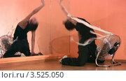 Купить «Танцующая девушка рядом с вентилятором», видеоролик № 3525050, снято 22 июля 2008 г. (c) Losevsky Pavel / Фотобанк Лори
