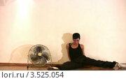 Купить «Танцующая девушка», видеоролик № 3525054, снято 24 июля 2008 г. (c) Losevsky Pavel / Фотобанк Лори