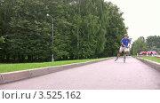 Купить «Роллер едет по дорожке в парке», видеоролик № 3525162, снято 1 сентября 2008 г. (c) Losevsky Pavel / Фотобанк Лори