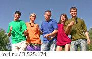 Купить «Друзья танцуют на фоне голубого неба», видеоролик № 3525174, снято 1 сентября 2008 г. (c) Losevsky Pavel / Фотобанк Лори