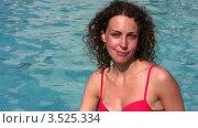 Купить «Женщина в красном купальнике у бассейна», видеоролик № 3525334, снято 2 сентября 2008 г. (c) Losevsky Pavel / Фотобанк Лори
