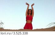 Купить «Женщина занимается йогой на песчаном пляже», видеоролик № 3525338, снято 9 сентября 2009 г. (c) Losevsky Pavel / Фотобанк Лори