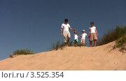 Купить «Семья гуляет по песчаным барханам», видеоролик № 3525354, снято 18 апреля 2009 г. (c) Losevsky Pavel / Фотобанк Лори
