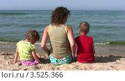 Купить «Семья из трех человек сидит на песчаном пляже на берегу моря», видеоролик № 3525366, снято 2 сентября 2008 г. (c) Losevsky Pavel / Фотобанк Лори