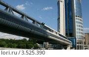 Купить «Современные здание и мост летним солнечным днем. Таймлапс», видеоролик № 3525390, снято 25 июля 2009 г. (c) Losevsky Pavel / Фотобанк Лори
