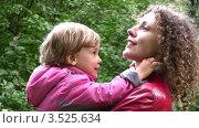 Купить «Мама держит на руках маленькую дочку в осеннем парке», видеоролик № 3525634, снято 13 сентября 2008 г. (c) Losevsky Pavel / Фотобанк Лори