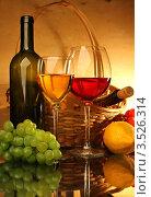Купить «Композиция с бокалами красного и белого вина, корзиной, лимоном и виноградом», фото № 3526314, снято 14 мая 2012 г. (c) Виктор Топорков / Фотобанк Лори