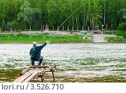 Купить «Мужчина ловит рыбу на удочку», эксклюзивное фото № 3526710, снято 17 мая 2012 г. (c) Игорь Низов / Фотобанк Лори