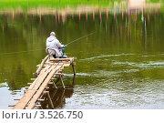 Купить «Мужчина ловит рыбу на удочку сидя на мостике», эксклюзивное фото № 3526750, снято 18 мая 2012 г. (c) Игорь Низов / Фотобанк Лори