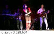 Купить «Музыкальная группа выступает в клубе», видеоролик № 3528634, снято 24 ноября 2008 г. (c) Losevsky Pavel / Фотобанк Лори