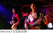 Купить «Музыкальная группа выступает в клубе», видеоролик № 3528638, снято 24 ноября 2008 г. (c) Losevsky Pavel / Фотобанк Лори