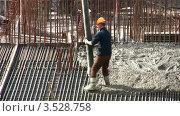 Купить «Рабочий заливает цемент. Таймлапс», видеоролик № 3528758, снято 3 октября 2008 г. (c) Losevsky Pavel / Фотобанк Лори