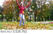 Купить «Женщина разбрасывает листья в осеннем парке», видеоролик № 3528762, снято 3 октября 2008 г. (c) Losevsky Pavel / Фотобанк Лори
