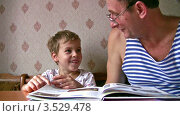 Купить «Дедушка с внуком читают книжку», видеоролик № 3529478, снято 29 октября 2008 г. (c) Losevsky Pavel / Фотобанк Лори