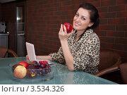 Красивая девушка с ноутбуком на кухне. Стоковое фото, фотограф Артеменко Арина / Фотобанк Лори