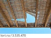 Дыра в тростниковой крыше (2012 год). Стоковое фото, фотограф юлия заблоцкая / Фотобанк Лори