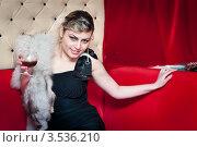 Красивая молодая девушка держит бокал в руке. Стоковое фото, фотограф Евгений Кузьмин / Фотобанк Лори