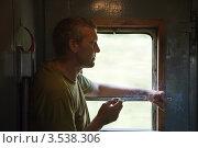 Купить «Мужчина курит в тамбуре вагона», фото № 3538306, снято 27 июля 2011 г. (c) Яков Филимонов / Фотобанк Лори