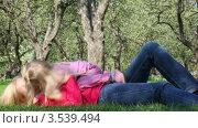 Купить «Мама с дочкой играют в летнем парке», видеоролик № 3539494, снято 26 мая 2009 г. (c) Losevsky Pavel / Фотобанк Лори