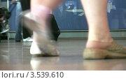 Купить «Ноги пассажиров с багажом», видеоролик № 3539610, снято 2 июня 2009 г. (c) Losevsky Pavel / Фотобанк Лори