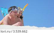 Купить «Счастливая пара с плавательными масками», видеоролик № 3539662, снято 16 июня 2009 г. (c) Losevsky Pavel / Фотобанк Лори