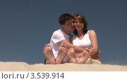 Купить «Мужчина и женщина сидят на песке», видеоролик № 3539914, снято 29 июня 2009 г. (c) Losevsky Pavel / Фотобанк Лори