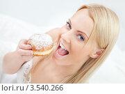 Купить «Блондинка собирается съесть пончик в постели», фото № 3540266, снято 18 декабря 2011 г. (c) Андрей Попов / Фотобанк Лори