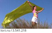 Купить «Женщина держит развевающуюся на ветру ткань», видеоролик № 3541218, снято 15 августа 2009 г. (c) Losevsky Pavel / Фотобанк Лори