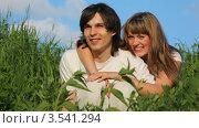 Купить «Радостные молодые люди в траве», видеоролик № 3541294, снято 9 августа 2009 г. (c) Losevsky Pavel / Фотобанк Лори