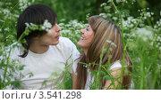 Купить «Смеющиеся молодые люди», видеоролик № 3541298, снято 10 августа 2009 г. (c) Losevsky Pavel / Фотобанк Лори