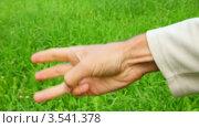 Мужчина считает до пяти, разгибая пальцы. Стоковое видео, видеограф Losevsky Pavel / Фотобанк Лори