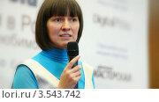 Купить «Молодая женщина крупным планом с микрофоном в руках выступает на конференции», видеоролик № 3543742, снято 26 ноября 2009 г. (c) Losevsky Pavel / Фотобанк Лори