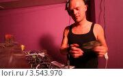 Купить «Диджей работает в ночном клубе», видеоролик № 3543970, снято 30 сентября 2009 г. (c) Losevsky Pavel / Фотобанк Лори