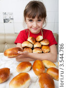 Купить «Девочка держит охапку пирожков», фото № 3544786, снято 24 мая 2012 г. (c) Ольга Денисова / Фотобанк Лори